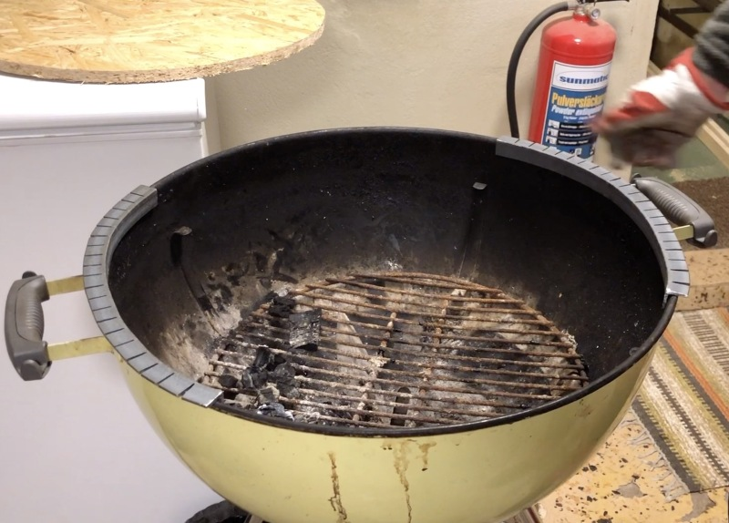 A DIY Santa Maria grill accessory for the Weber kettle